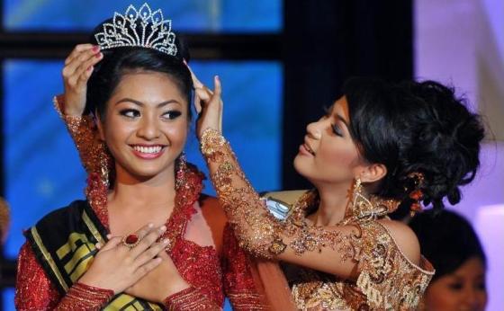 foto putri indonesia 2011 jawa timur Liza Elly Purnamasari saat terpilih menjadi wakil Jatim pada Pemilihan Putri Indonesia 2011