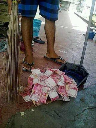 Gambar ilustrasi rezeki uang melimpah disapu sumber dari BBM