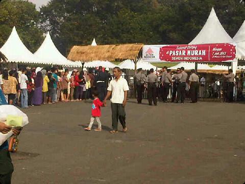 foto pasar murah semen indonesia jl veteran gresik.jpg