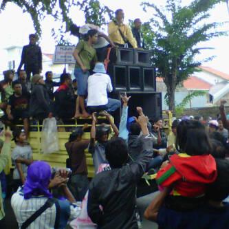 demo warga sidojangkung menganti di pn gresik.jpg